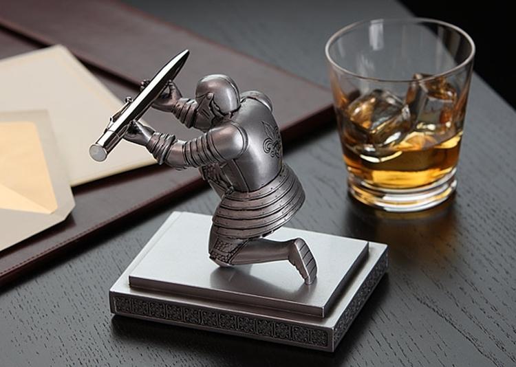 knight-pen-holder-2
