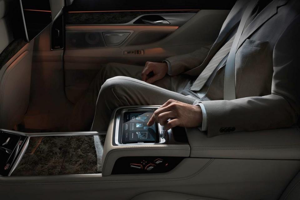 2016-BMW-7-Series-6