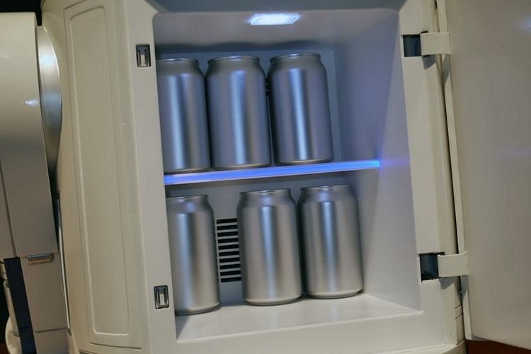 r2-d2-mini-fridge-3