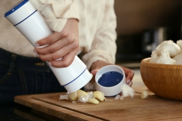 Use The Garlic Shaker To L An Entire Head Of In Seconds