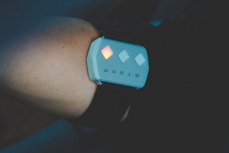 steer-wearable-driving-aid-4
